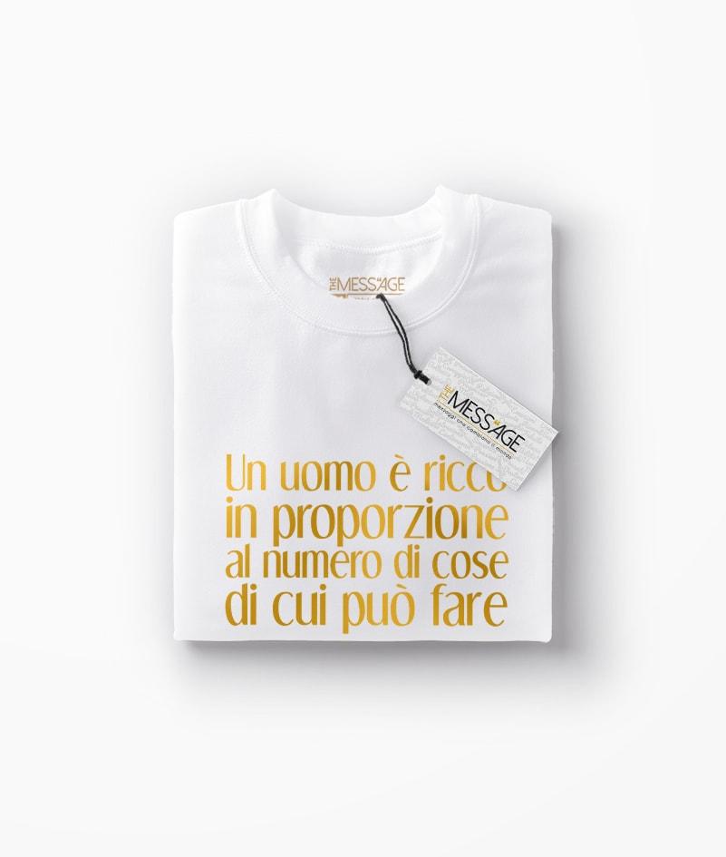 T-Shirt – Un uomo è ricco – Henry David Thoreau