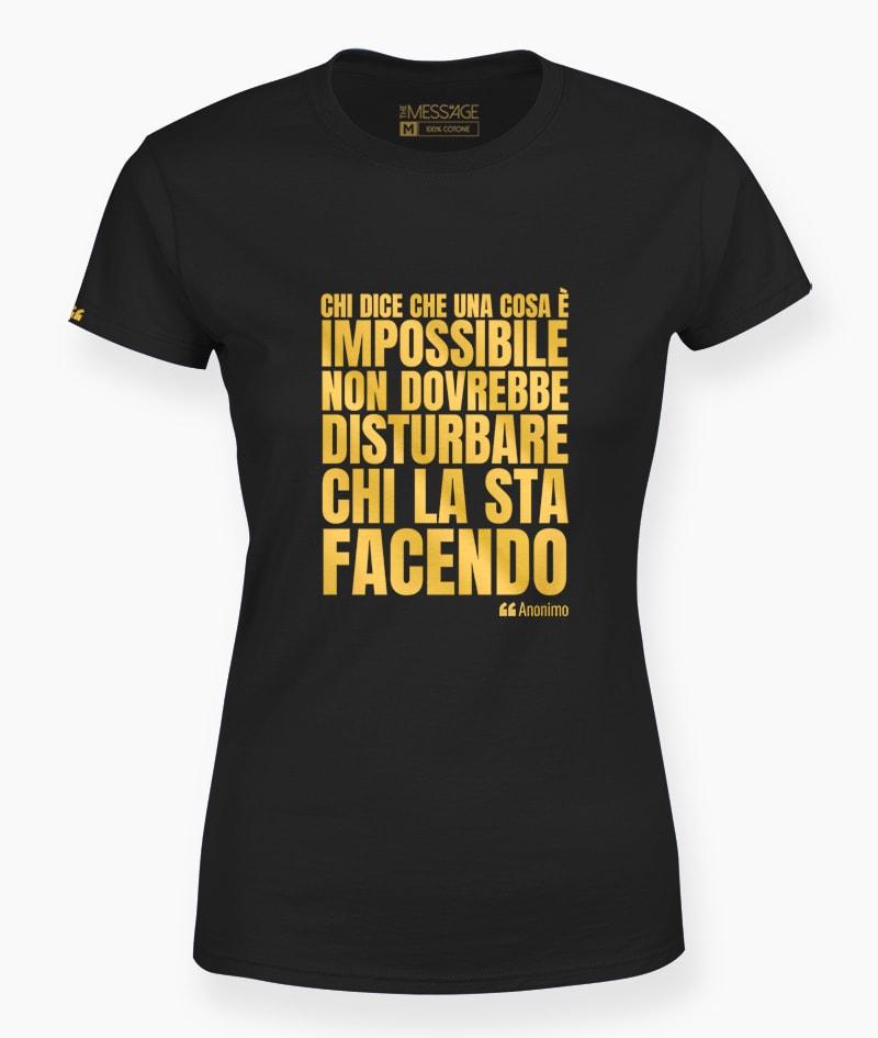 T-Shirt – Chi dice che una cosa è impossibile – Anonimo