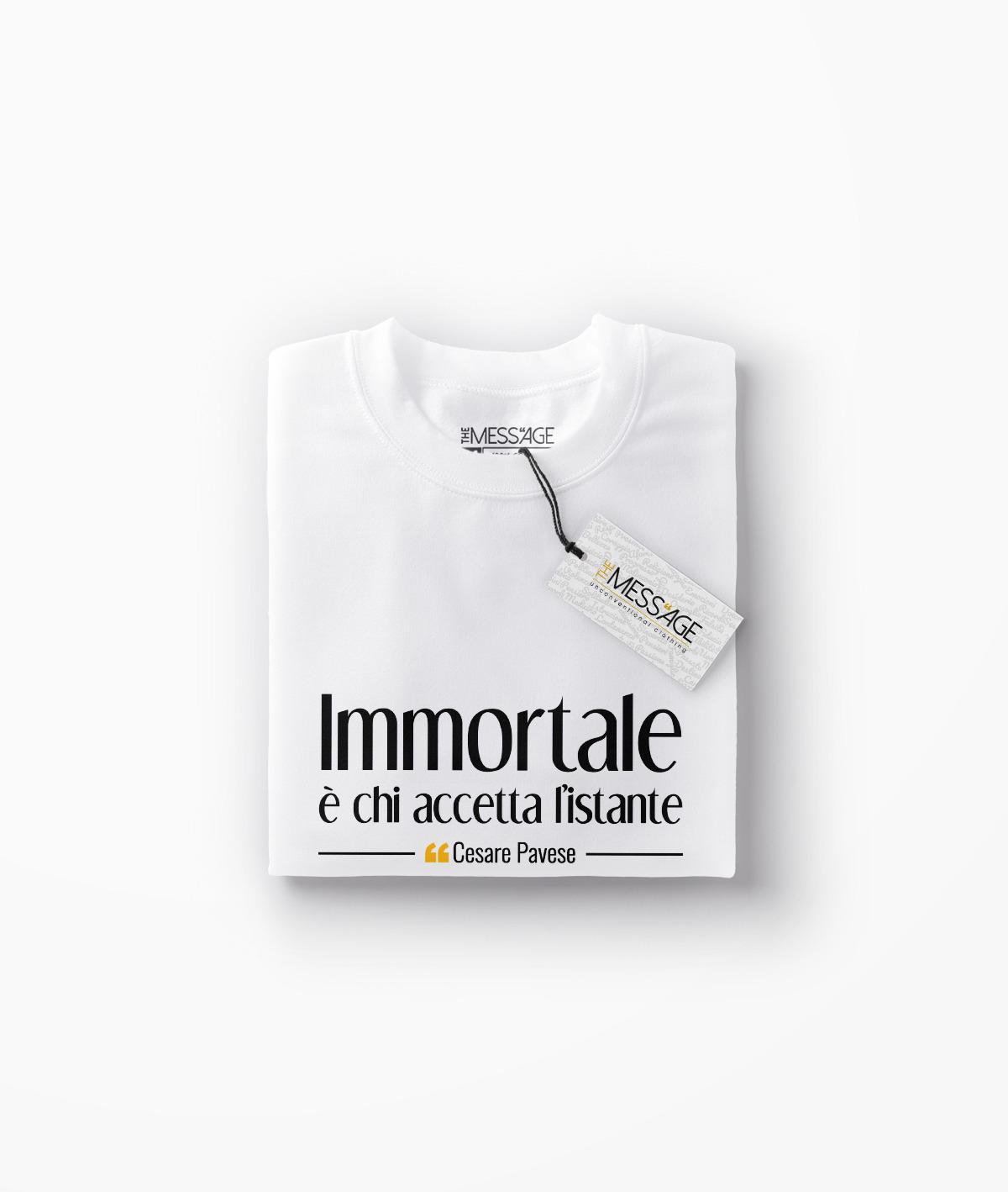 Immortale è chi accetta l'istante – Cesare Pavese T-Shirt
