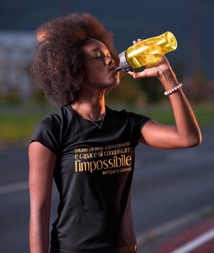 Soltanto chi mette a prova l'assurdo – T-Shirt – Gold Edition
