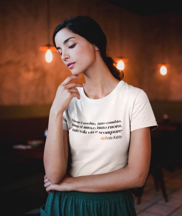 Scegli una persona che ti guardi – Frida Kahlo T-Shirt